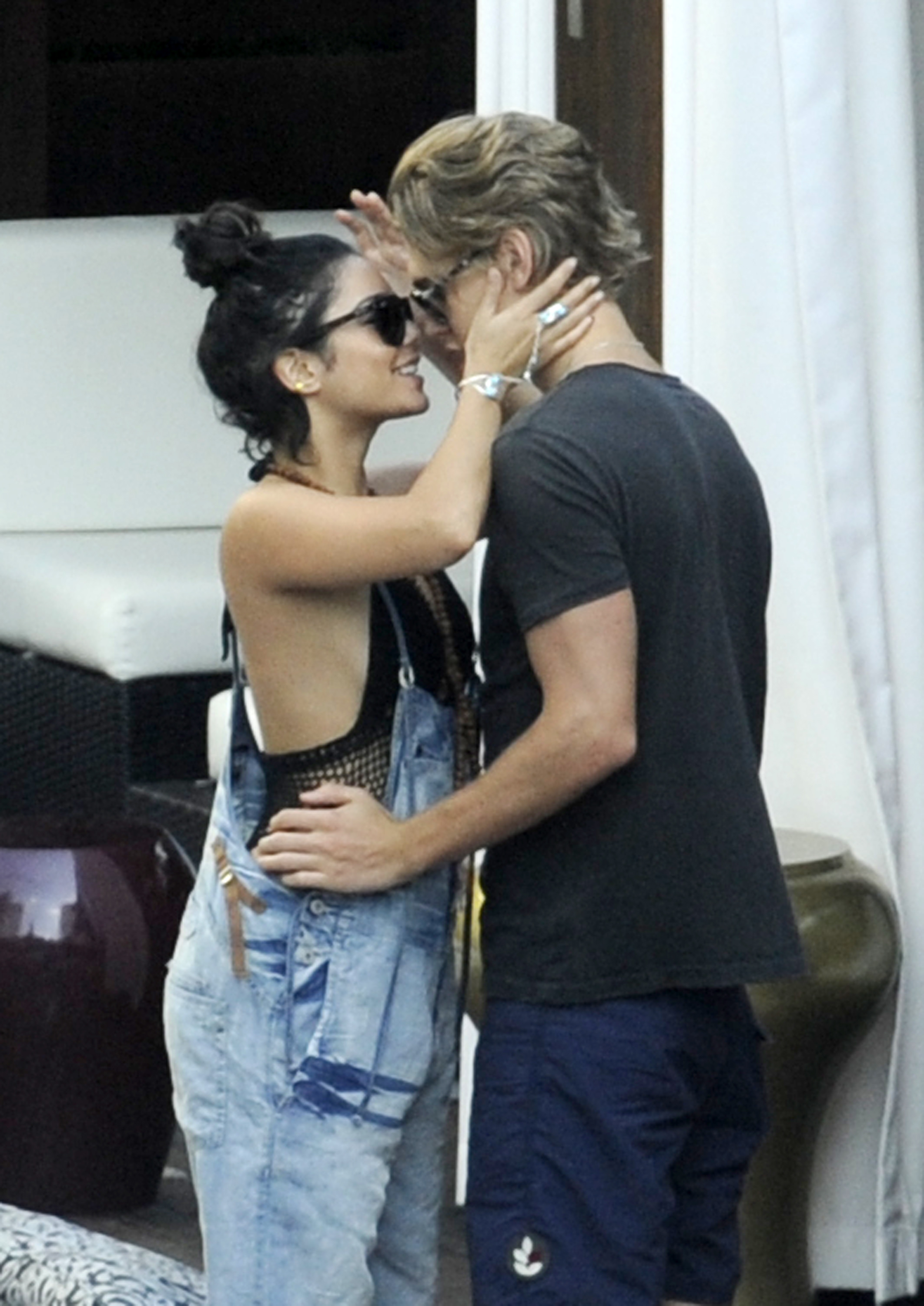 When did vanessa hudgens and austin start dating